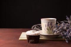 Lavendel met kop thee en cake op de zwarte achtergrond Stock Afbeeldingen