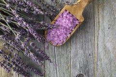 Lavendel och badsalt Arkivfoto