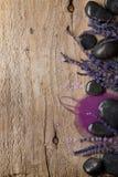 Lavendel- och brunnsortstenar Royaltyfria Foton