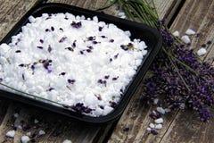 Lavendel och havet saltar Arkivbild