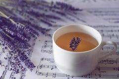 Lavendel och kopp av lavendelte royaltyfri fotografi