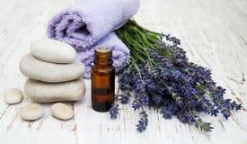 Lavendel och massageolja Arkivbilder