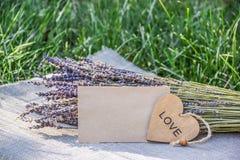 Lavendel och romantisk bokstav tomt ark av papper och bukett av lavendel Förälskelsebokstav, hjärta och blommor Royaltyfri Bild