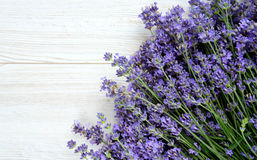 Lavendel op houten oppervlakte Stock Afbeeldingen
