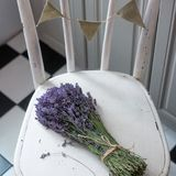 Lavendel op uitstekend hout met oude lege markering stock foto's