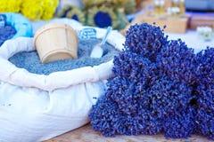 Lavendel på bondemarknad i Gordes, Provence, Frankrike Royaltyfria Bilder