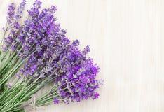 Lavendel på ett träskrivbord Royaltyfria Bilder