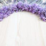 Lavendel på ett träskrivbord Royaltyfri Foto