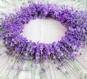 Lavendel på ett träskrivbord Royaltyfri Bild