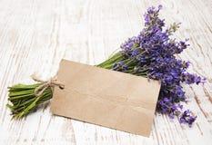 Lavendel på tappningträ Arkivbild