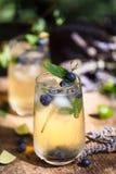 Lavendel-und Blaubeereis-Cocktail, Sommer Limonade stockfoto