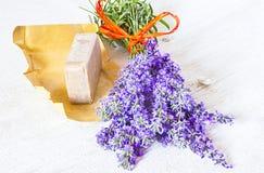 Lavendel und braune Seife Lizenzfreie Stockfotos