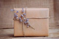 Lavendel und Geschenkbox auf Holztisch Stockfotografie
