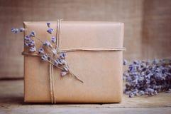 Lavendel und Geschenkbox auf Holztisch Lizenzfreies Stockfoto