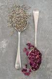 Lavendel und Rose Petals auf Schiefer Lizenzfreie Stockfotografie