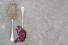 Lavendel und Rose Petals auf Schiefer mit Kopienraum Lizenzfreie Stockfotografie