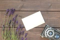 Lavendel, Weinlesefoto und alte Kamera Lizenzfreies Stockbild