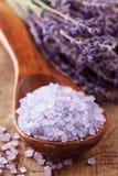 Lavendelbadekurort mit Seesalz Stockbilder