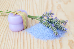 LavendelBadesalz lizenzfreie stockfotos