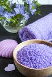 LavendelBadesalz mit Blumen, Seife und Tuch Lizenzfreie Stockfotos