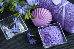 LavendelBadesalz mit Blumen, Seife und Tuch Stockfoto