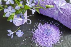 LavendelBadesalz mit Blumen und Tuch Lizenzfreie Stockfotos