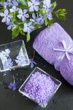 LavendelBadesalz mit Blumen und Tuch Stockfotografie