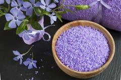 LavendelBadesalz mit Blumen und Tuch Lizenzfreies Stockfoto