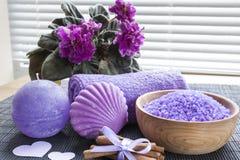Lavendelbadsalt med blommor, kanel, tvål och handduken Royaltyfria Bilder