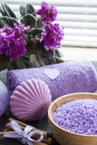 Lavendelbadsalt med blommor, kanel, tvål och handduken Arkivbild