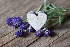 Lavendelbloemen en een houten hart Stock Foto's