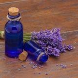 Lavendelbloemen en uitstekende fles Royalty-vrije Stock Foto's