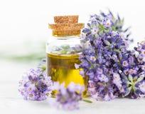 Lavendelbloemen met etherische olie royalty-vrije stock fotografie