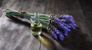 Lavendelblommor och nödvändig olja Arkivfoto
