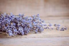 Lavendelblume auf Holztisch Stockbilder