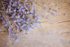 Lavendelblume auf Holztisch Lizenzfreie Stockfotos