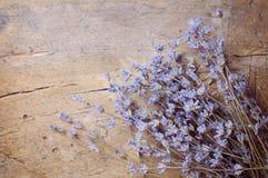 Lavendelblume auf Holztisch Lizenzfreie Stockbilder