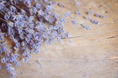 Lavendelblume auf Holztisch Lizenzfreie Stockfotografie