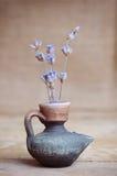 Lavendelblume in der Flasche auf Holztisch Lizenzfreies Stockfoto