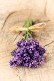Lavendelblumen auf einem hölzernen Hintergrund Stockfoto