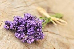 Lavendelblumen auf einem hölzernen Hintergrund Lizenzfreies Stockfoto