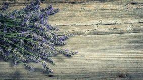 Lavendelblumen auf hölzernem Hintergrund Landhausstilstillleben stockbild