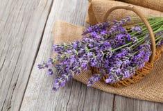 Lavendelblumen in einem Korb mit Leinwand Stockfotos