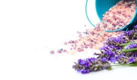 Lavendelblumen und Badesalz für aromatischen Badekurort Stockbild