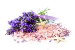 Lavendelblumen und Badesalz für aromatischen Badekurort Stockfoto