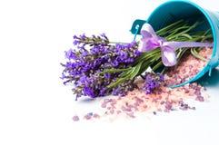 Lavendelblumen und Badesalz für aromatischen Badekurort Stockfotografie
