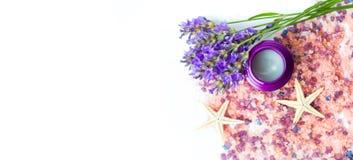Lavendelblumen und Badesalz für aromatischen Badekurort Lizenzfreie Stockfotografie