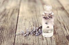 Lavendelblumen- und Glasflaschen Stockfotos