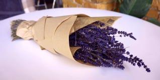 Lavendelblumenstrauß eingewickelt im braunen Papier stockfotografie