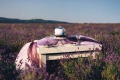 Lavendelblumenstrauß-, -kuchen- und -Hochzeitskonzept stockbilder